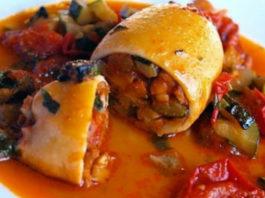 Фаршированные перцы с рисом и грибами в томатном соусе