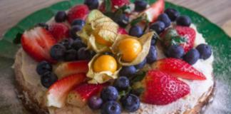 К Масленице: рецепт блинного торта с крем-чизом и ягодным декором