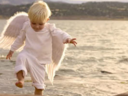 Уставший ангел шел по белым облакам