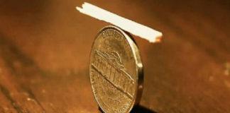 Загадка: как убрать спичку с монеты, если они накрыты пластиковым стаканом?