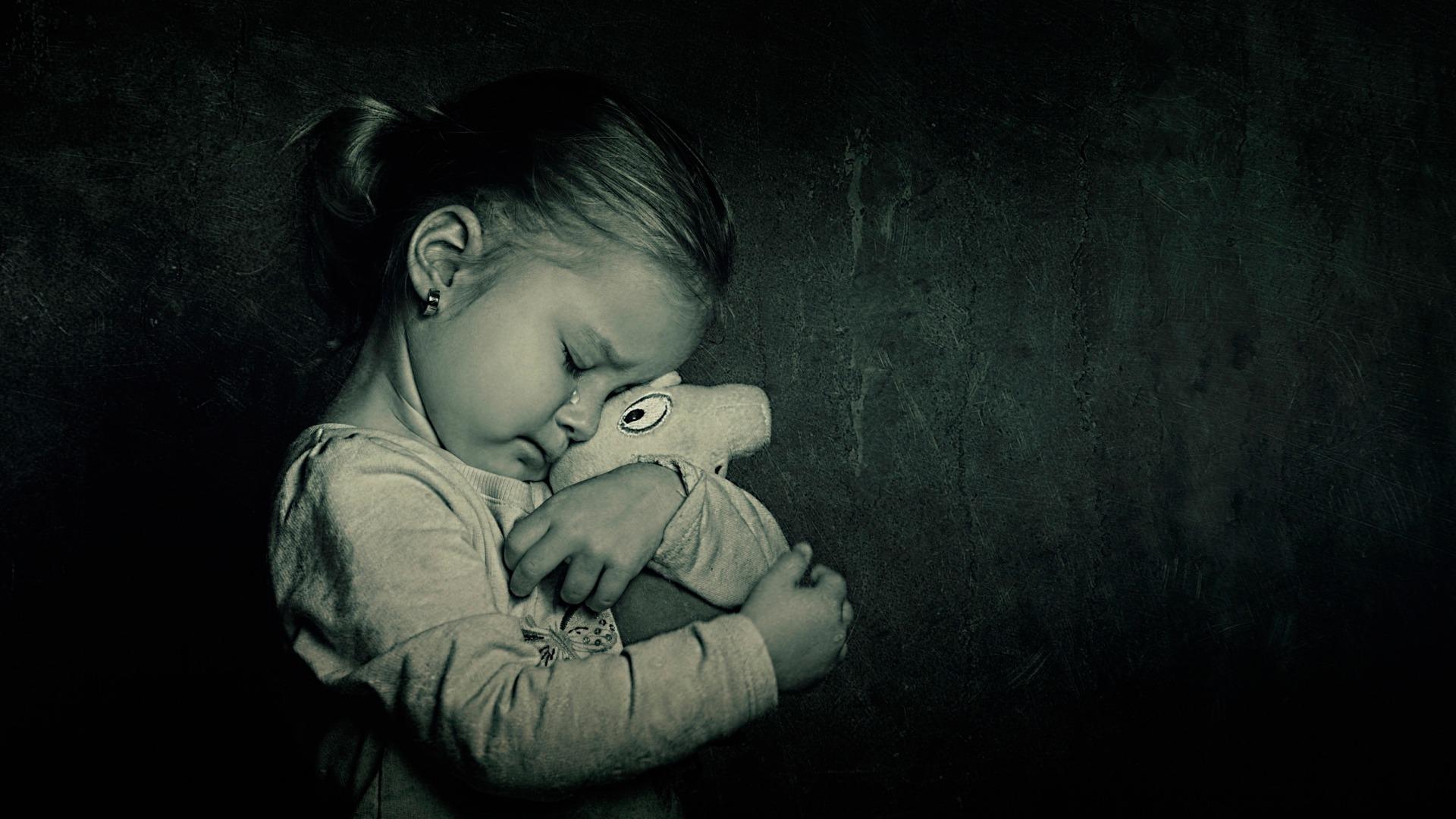 Грустные черно белые фото детей