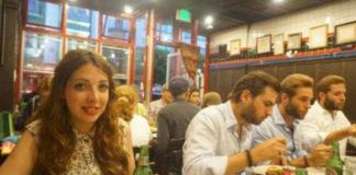 Эта женщина решила сфотографироваться в закусочной, а взглянув на снимок позже, не поверила глазам!