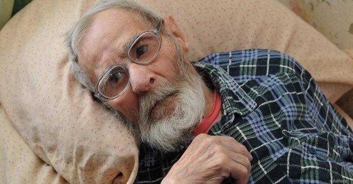 Мужчина сдал отца в дом престарелых