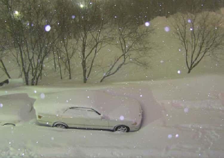 Сфотографировал свою заснеженную машину, а на утро не поверил своим глазам