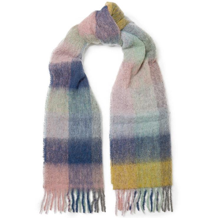 Как дать новую жизнь старому пальто: 10 макси-шарфов, чтобы носить их наперевес