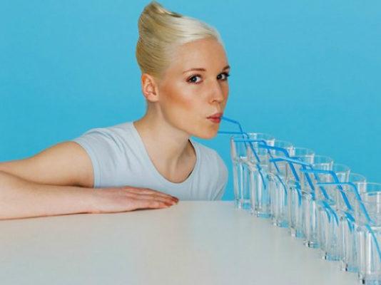 Причины, по которым нельзя пить много воды