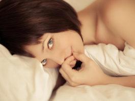 Это делает каждая женщина в постели, пока ее никто не видит!