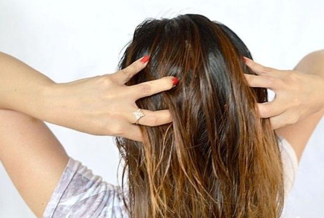 Добавив в шампунь эфирное масло — и никаких волос на расческе4