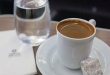 А вы задумывались для чего к кофе подают стакан воды!?