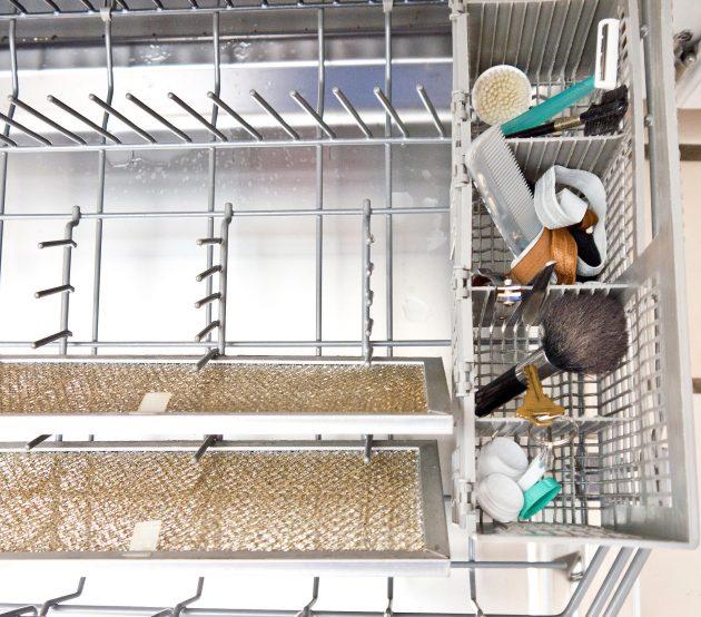 Как пользоваться посудомоечной машиной: мыть кисти и расчёски