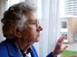 lyudyam-starshe-65-let-sleduet-ostavatsya-doma-kak-vliyaet-socialnoe-zatochenie-na-psixiku-pozhilyx-lyudej